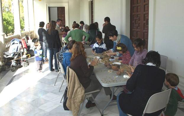 Arqueologico-tallerdebarro-diadelmuseo-sevillaconlospeques