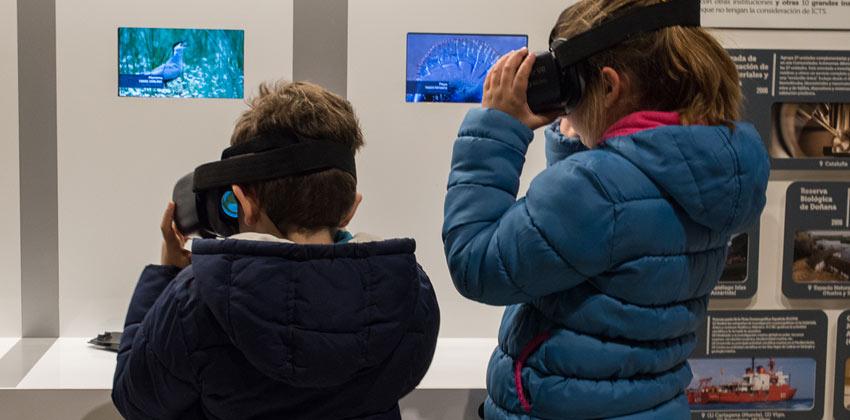 Niños con gafas virtuales en la Exposición del Parque de Doñana en Casa de la Ciencia |Sevilla con los peques