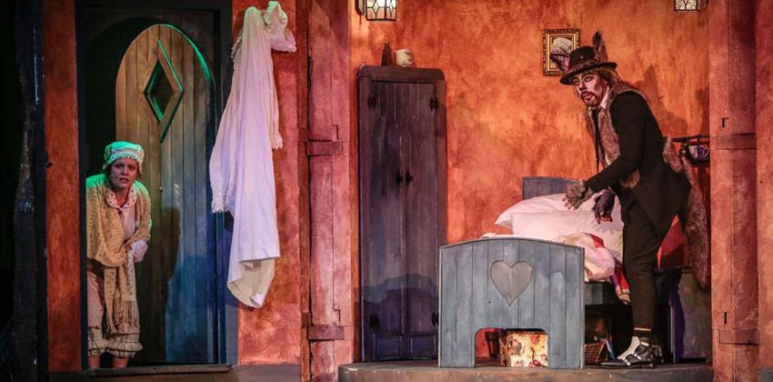 Caperucita Roja. El Musical. Escena de La abuela y el lobo  Sevilla con los peques