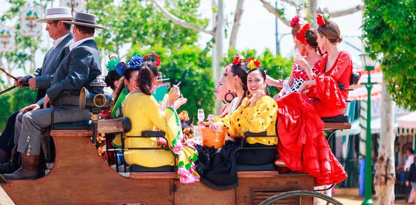 Feria de Sevilla: Amigas vestidas de Flamenca en traje de gitana