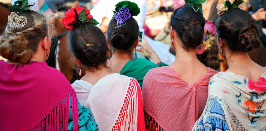 Feria de Sevilla: Adolescentes vestidas de flamenca
