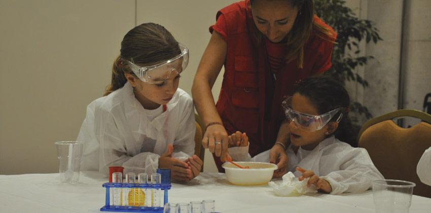 Campus de verano Activamentes haciendo experimentos | Sevilla con los peques